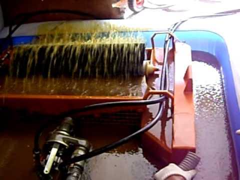 利用刷子蒐集油污的汲油器